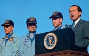 President Nixon presents award to Apollo 13 crew
