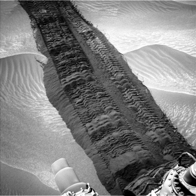 Mars rover Curiosity wheel tracks