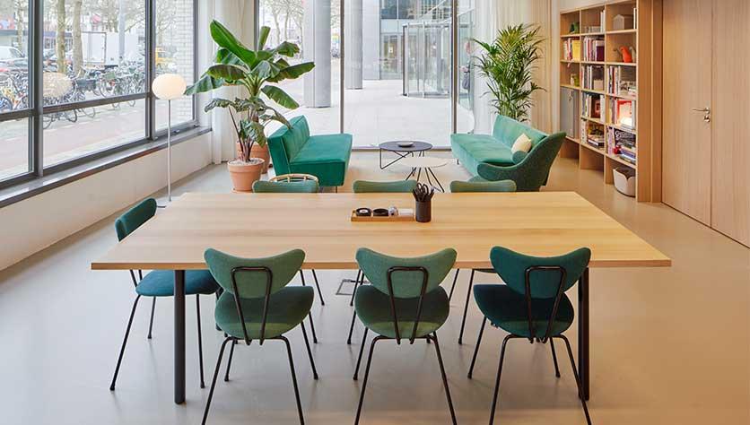 groene stoelen in een prachtige kantoorruimte voor een blogpost over hoe je je leven achter je bureau mooier kunt maken