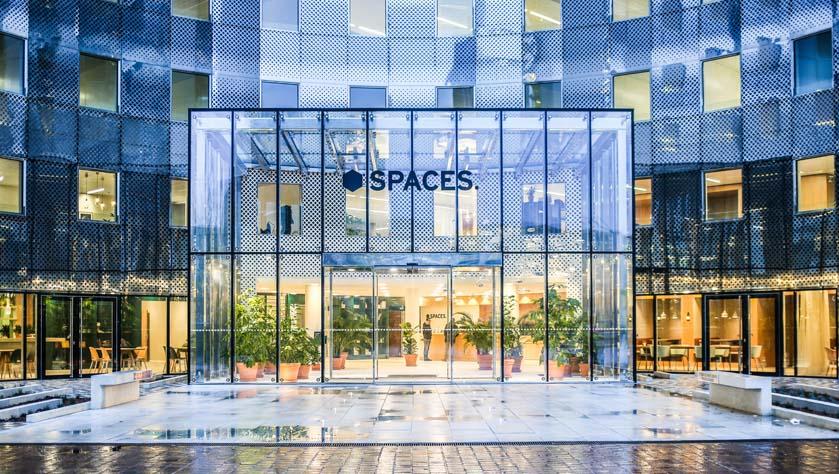 Glazen gevel van een coworkingruimte in La Défense, Parijs