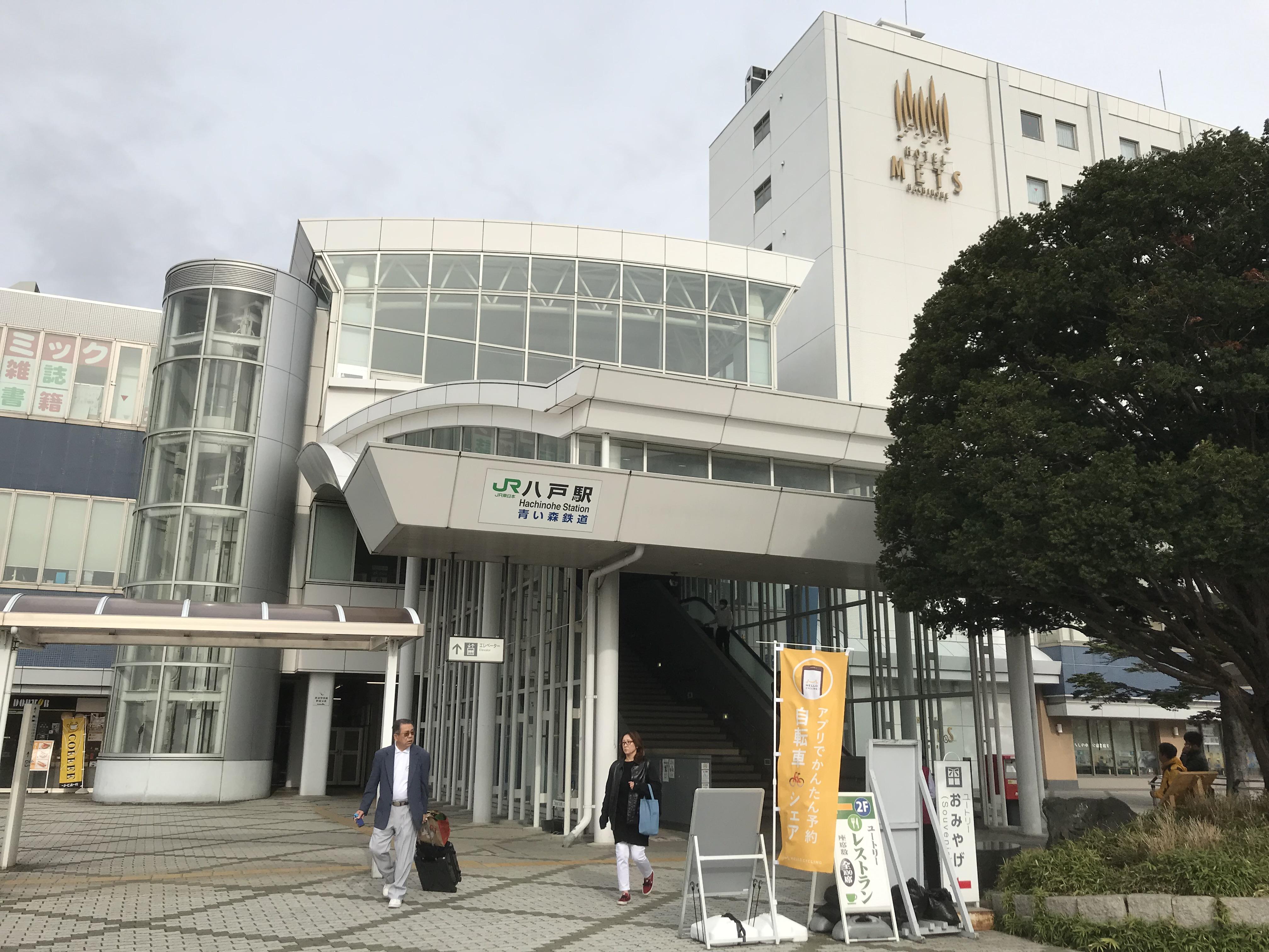 八戸駅前 シェアサイクルの旗がある。左の高架下部分にポートがある。