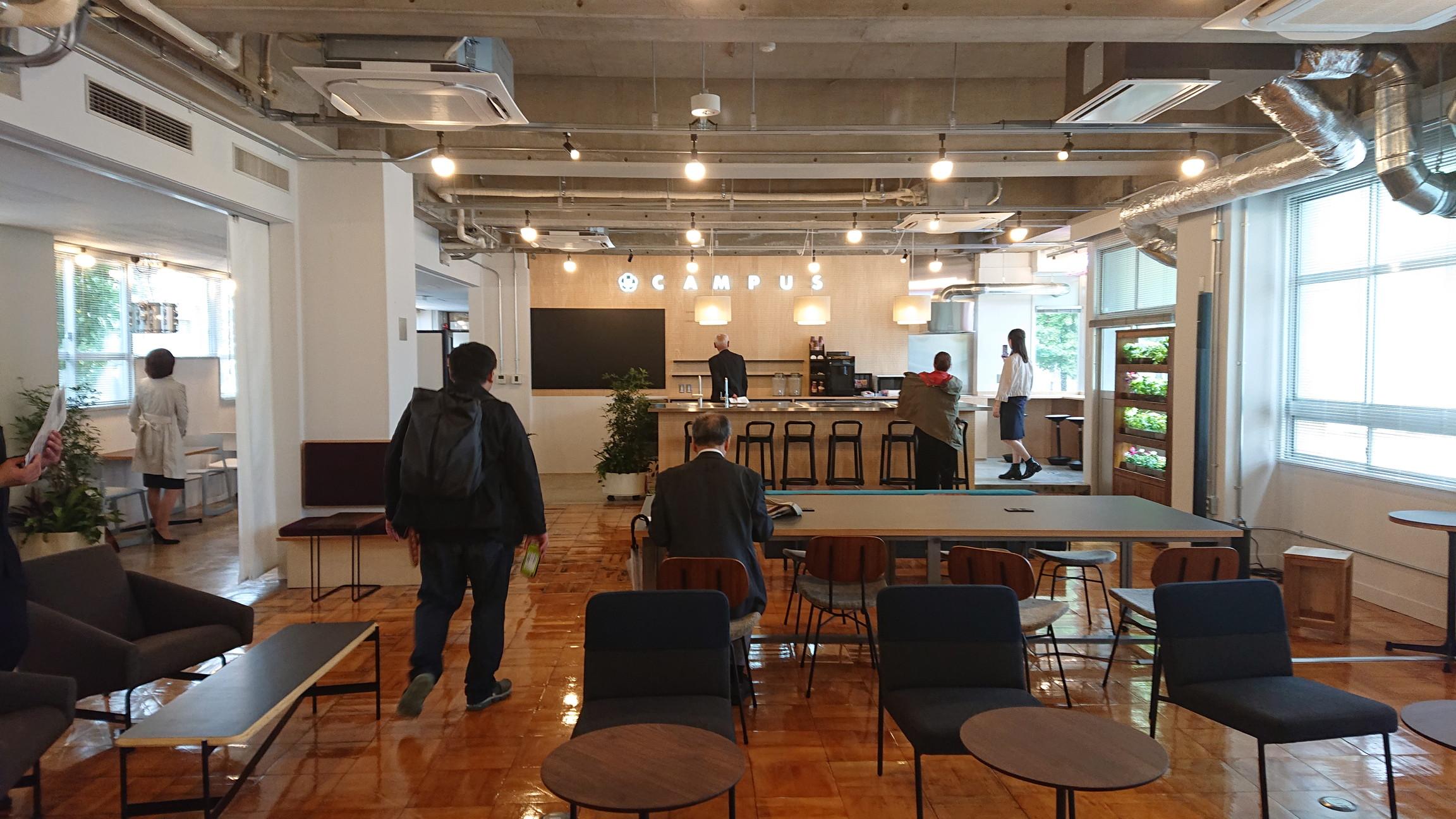 旧職員室を活用したコワーキングスペース。オープンキッチンがありイベント等にも活用可能