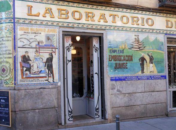 少し前までは古い様式の薬局だったスーペースを改装して新しくできたカフェバール。古いタイルの宣伝がユニークで目を引きます。