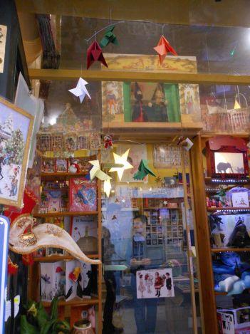 絵本と雑貨が店内にびっしり展示されていて、眺めているだけでも幸せな気分になれる本屋さん。
