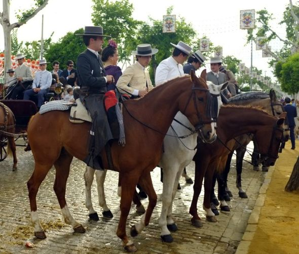 馬に乗るスペイン人紳士達。ポイントは帽子。