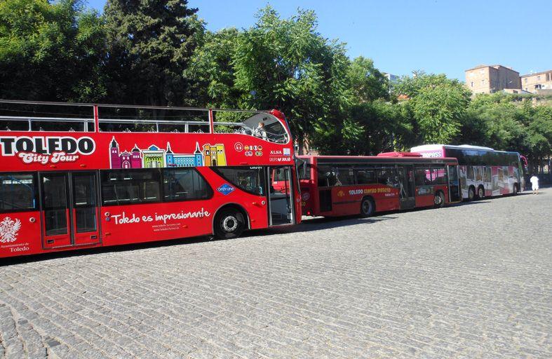 トレドレンフェ駅前に停まるツーリストバス。