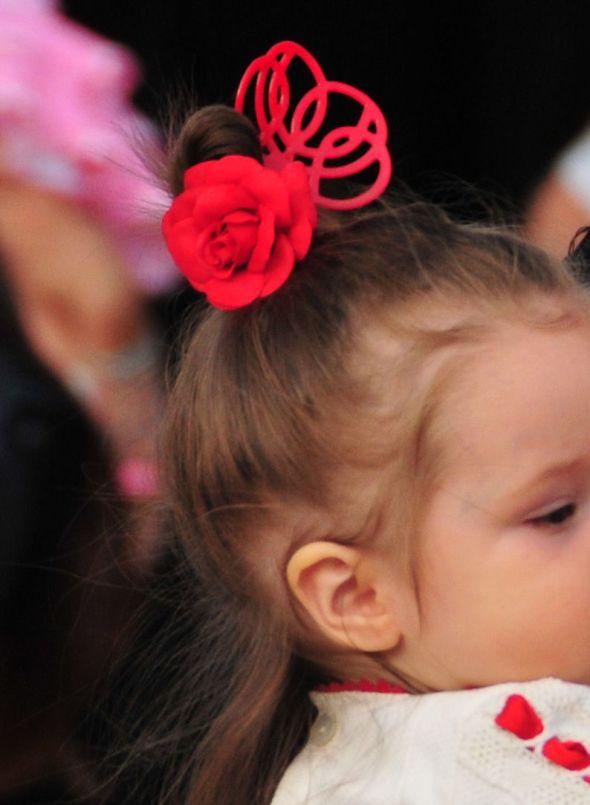 頭のてっぺんに作ったお団子に真っ赤なバラとペイネタのどちらも一緒につけて視点を集めて。