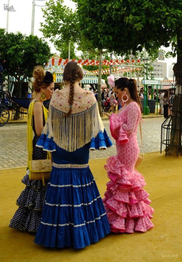 フラメンコ衣装に身を包んだ待ち合わせ中の若いスペイン人女性たち。