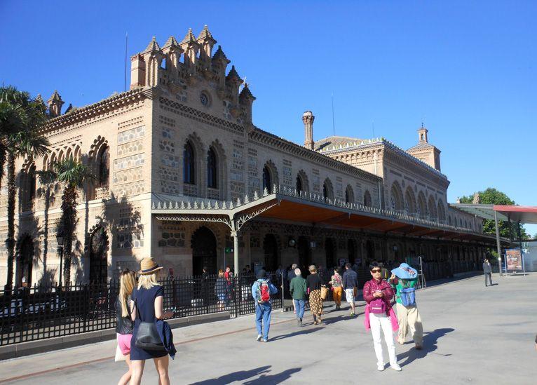 トレドの列車の駅。駅舎は小さいけれど外・中ともトレドらしいムデハル様式を模してあってなかなか美しい。