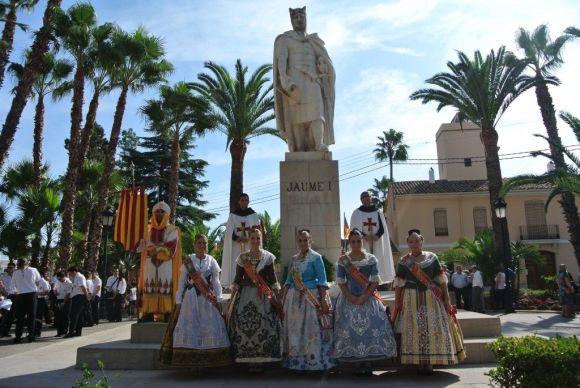 バレンシアの民族衣装に実を包んだ女性達。ハイメ一世の前にて。 写真:www.noticias964.es