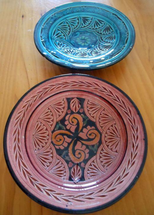 グラナダ焼きのお皿。アンダルシアではパティオやベランダの壁に装飾として飾っていたりしますが、私はテーブルウェアとして。きれいな色がサラダにあうでしょ?