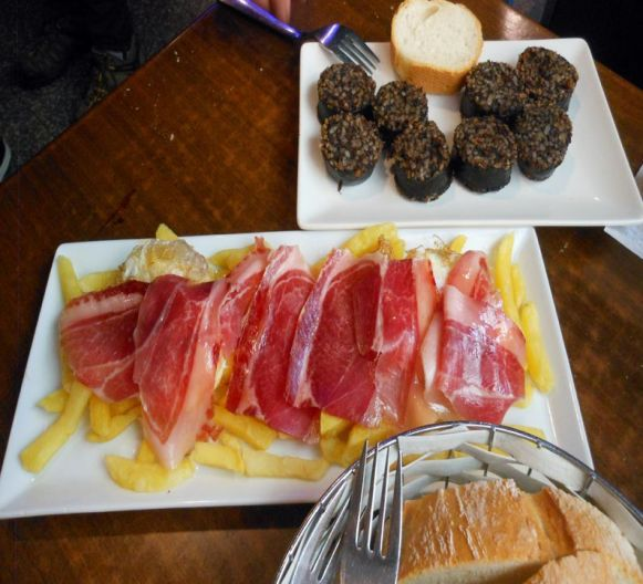 フライドポテト、生ハム、目玉焼きが1プレートになった豪快な一品-Fried eggs with chiips and cured iberian ham(英語メニューより)