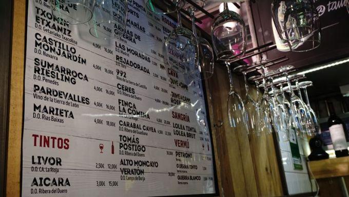 ワインが好きでいろいろな味をスペイン旅行中に楽しんで帰りたいなら、是非!Mercado de San IldefonsoのVinotecaへ。スペイン全国の有名なワイナリーのワインがグラスで楽しめます。ここで扱っている サングリアも抜群においしいので、特にお酒が得意でない女性は要注意。ついつい飲んでしまいます・・・。