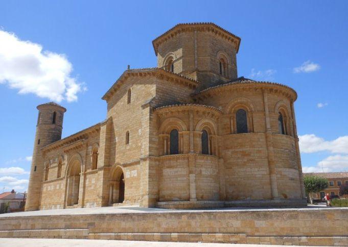 フロミスタに残るロマネスク名教会-サン・マルティン教会。11世紀のもの。