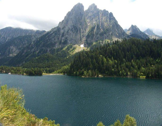 ピレネー山脈の氷河湖-サン・マウリシ湖 写真:by Jordi Marsol