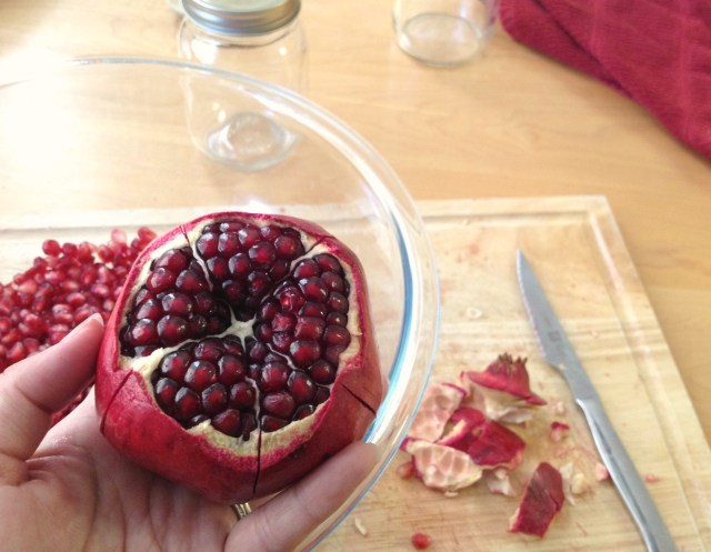 How-to-cut-a-pomegranate