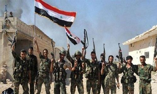 soldados sirios izan la bandera nacional en Alepo