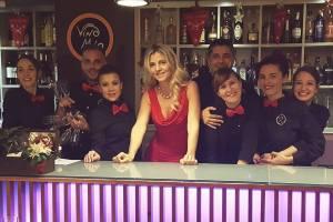 Helene Mostertman met een deel van haar enthousiaste team van Vino Mio