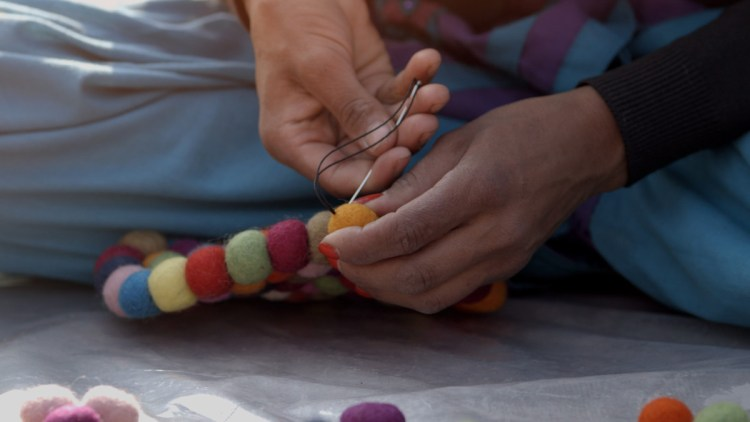 Bolletjeskleed_Nepal_scenes_proces_V06-GRADED.Still029 Dove comprare un tappeto di lana artigianale?