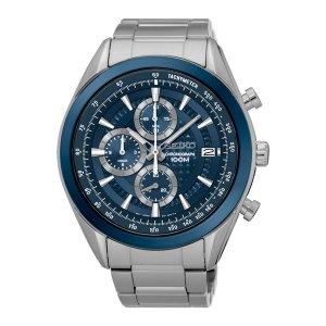 Heren horloge uit de Seiko collectie - uitgevoerd met een stalen kast en band, een blauwe lunette en wijzerplaat - voorzien van een quartz uurwerk met chronograph functie - waterdicht tot 100 meter - De Seiko collectie is verkrijgbaar bij Sparnaaij Juweliers in Aalsmeer en Hoofddorp