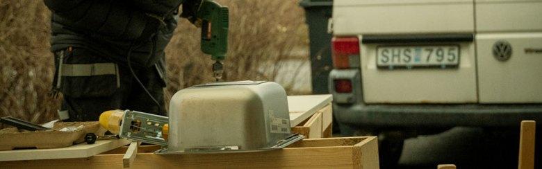 Person som bygger husbil