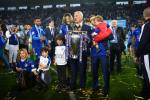 Claudio Ranieri con la sua famiglia e la coppa della Premier League. (Shaun Botterill/Getty Images)