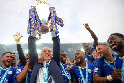Claudio Ranieri con la coppa e i giocatori del Leicester. (Michael Regan/Getty Images)