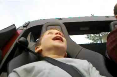 un enfant recoit un choc en tesla roadster 25- video fun acceleration-specialist auto