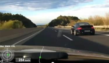 Une BMW 135i prend en chasse une Porsche sur autoroute