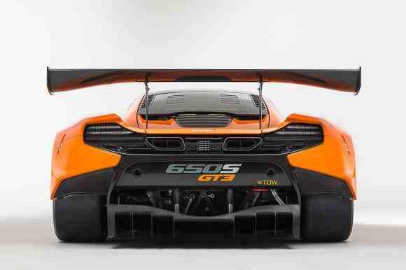 L'aileron arrière fixe imposant colle au sol cette McLaren 650S GT3