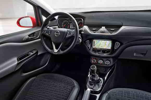 L'écran tactile s'affiche à l'intérieur de cette Opel Corsa 2015