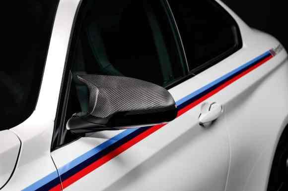 La bande latérale et les rétroviseurs en carbone viennent habiller la M4 Coupé. Merci les pièces M Performance !