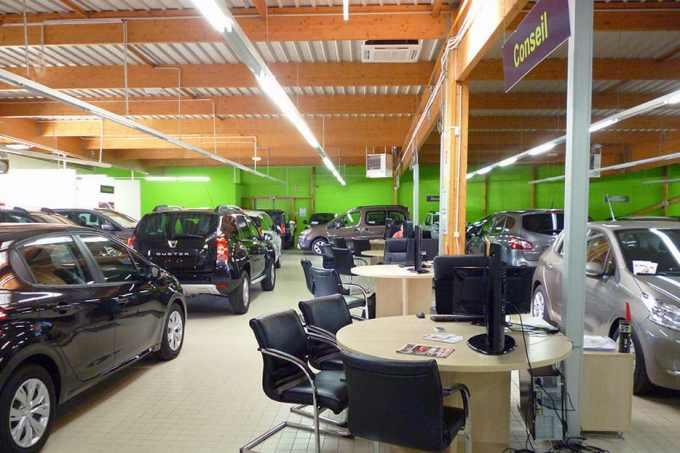 Le showroom Qarson, situé en Ile-de-France, avec une multitude de modèles en stock