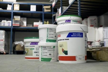 régulateurs de fonds, fixateurs, revêtements décoratifs à base de liants organiques, liants minéraux en phase aqueuse ou solvantée.