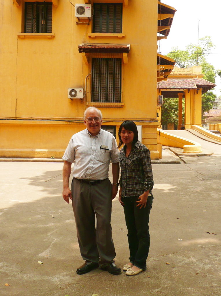 Bùi Anh Thự and A. Scheeline, May 2008, Faculty of Chemistry, Hanoi. Picture by Dao Ha Anh.