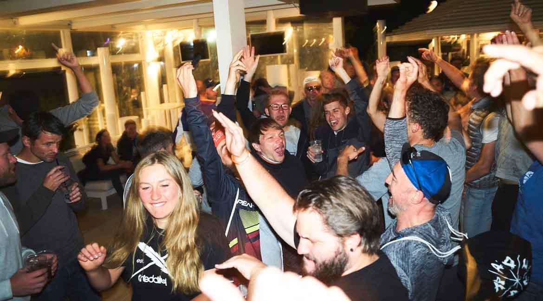 Rad Race Tour de Friends: Wie es sich anfühlt mit 400 Verrückten über die Alpen zu fahren! [Fotostory]