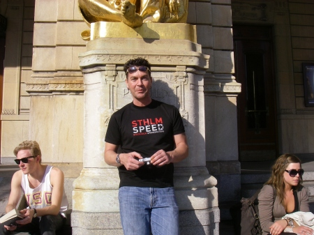 Barry Publow njuter av solen på Dramatens trappa