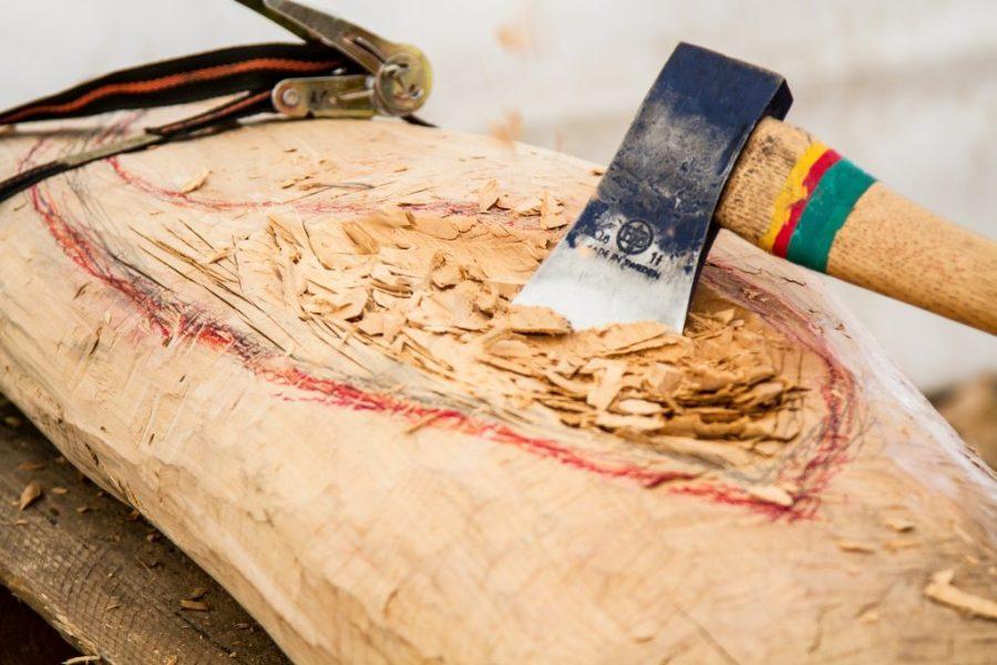 houtbewerking met een bijl