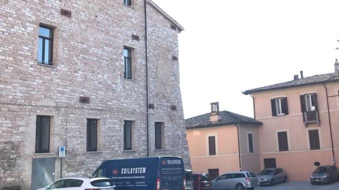 Centro storico Spello, con le auto in Piazza Repubblica e in bus al centro