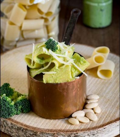 Rigatoncini  integrali con broccoli,  mandorle e curcuma