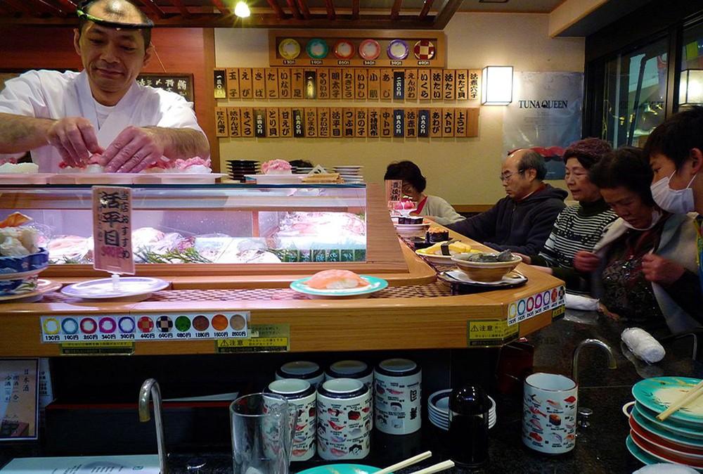 conveyor belt sushi: for food lovers traveling to Japan