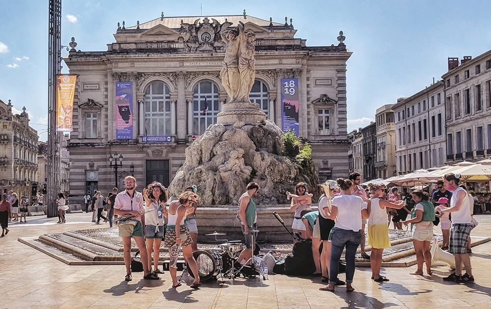 What to see on a short visit to Montpellier: performers at Place De La Comédie