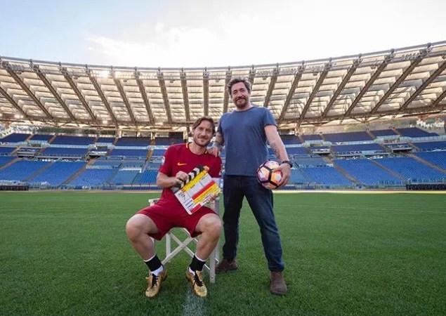 """Totti, è tutto vero: primo ciak del suo docufilm """"Un Capitano"""", Scuola Manzoni blindata"""
