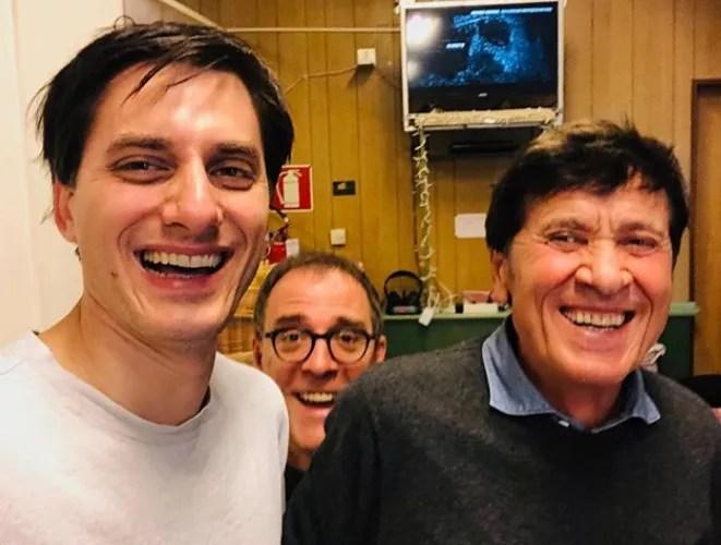 Gianni Morandi visita il set di Diabolik con Luca Marinelli