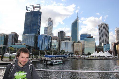 Ich vor der Skyline von Perth