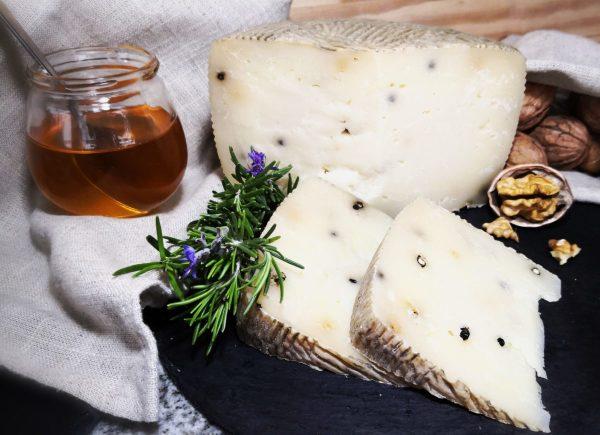 formaggio pecorino sia intero che tagliato
