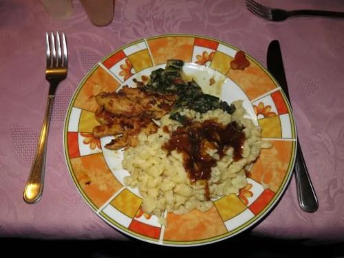 Hühnchenbrust mit Spätzle, Mangoldgemüse und Malz-Bockbiersoße
