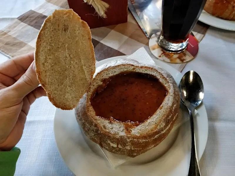 Gulaschsuppe im Brottopf