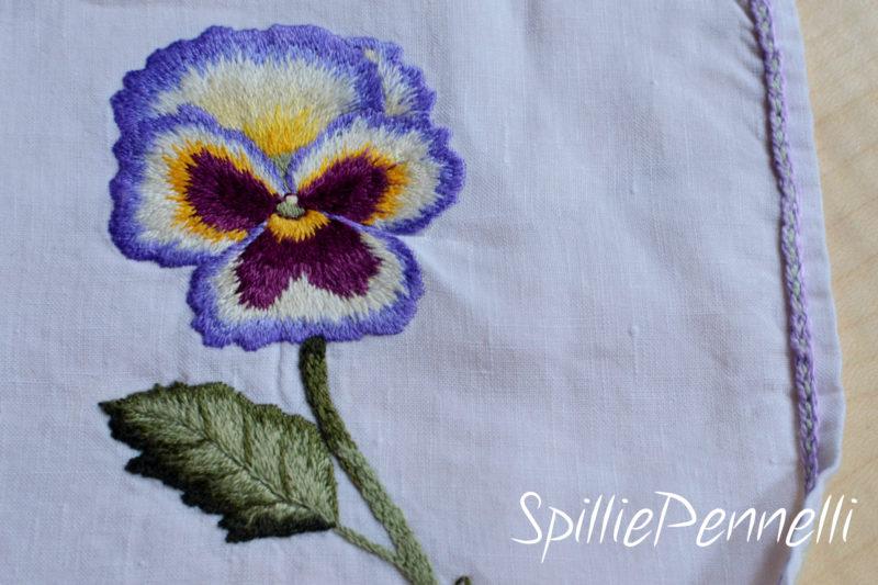 Viola pitturata ad ago