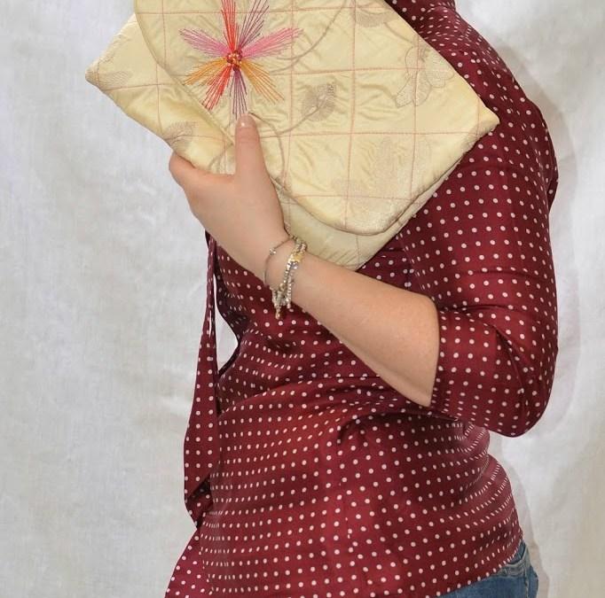 Borsa a mano in tessuto e camicia in seta